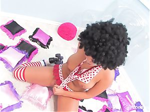 Rollergirl London slams her wet cootchie with a plaything