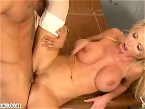 thick orb cougar dr. Nikki Benz takes a big cock in the polyclinic