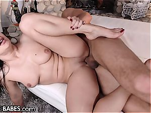 Lea Lexis's giving her boy a torrid sole job